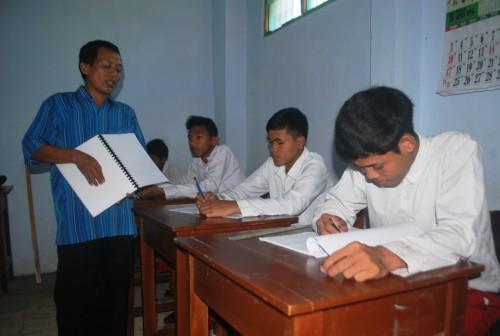 Lilik Siswanto mengajar dalam kelas