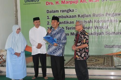 Ketua BPH Unimus Widadi (kanan) dan Rektor Prof Masrukhi (dua dari kanan) saat menerima tanah wakaf dari 2 pewakaf