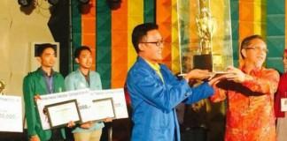 Tim Debat UMSU mendapatkan piala Rektor
