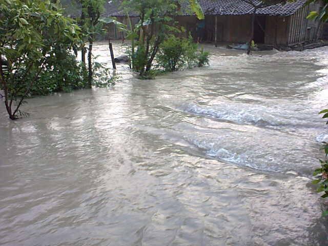 Banjir  yang melanda Desa Mojorembun