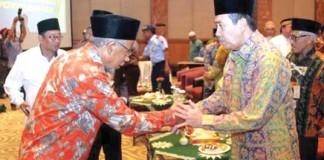 Bupati Siak Drs H Syamsuar MSi memberikan ucapan selamat dan bersalaman dengan Ketua PW Muhammadiyah Riau Wan Abubakar usai pelantikan di Hotel Aryaduta, Pekanbaru,