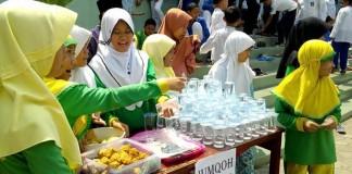 jumlah siswi Islam Kreatif Muhammadiyah Cianjur tunggu stand makanan untuk kemudian dibagikan secara gratis kepada para jemaah shalat Jumat.