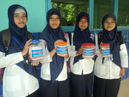 Siswa MTs Muhammadiyah 04 Slinga siap menyalurkan kotak infaq ke calon-calon donatur