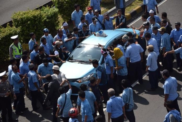 Sopir taksi melakukan sweeping sopir taksi lain untuk mengajak demo di tol dalam kota, Jakarta, Selasa (22/3).