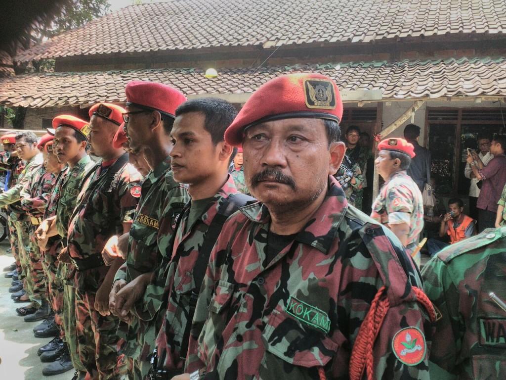 Pasukan KOKAM Berbaris 2 Lapis Menjaga Rumah Siyono