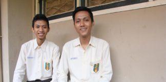 Kurnia Khoirul Candra (kiri) dan Dhavyn Linggar Jati usai mengerjakan ujian nasional di sekolahnya, SMK 3 Muhammadiyah Jogja,