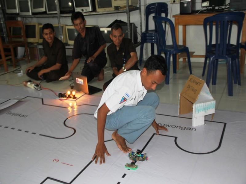 Tim Robotika SMK Muhammadiyah Rembang saat berlaga
