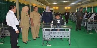 Walikota Pagaralam saat meninjau UN Online di SMK Muhammadiyah Pagaralam