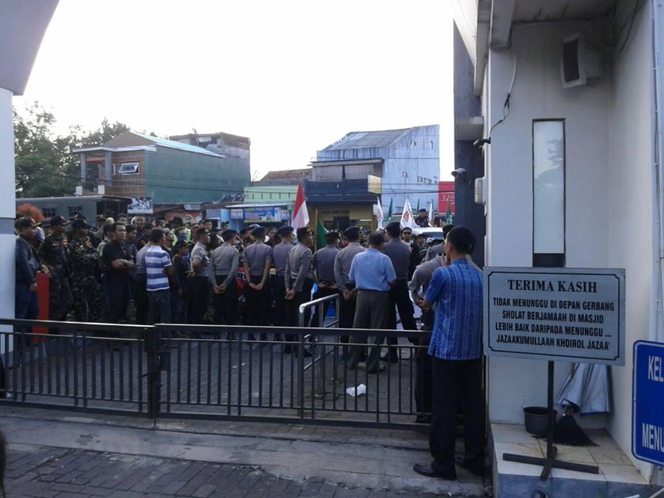banser depan masjid
