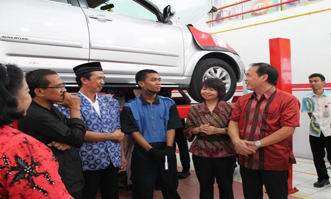Bupati Blora, Daihatsu Official dan SMK Muhammadiyah 1 Blora saat persemian Bengkel Daihatsu