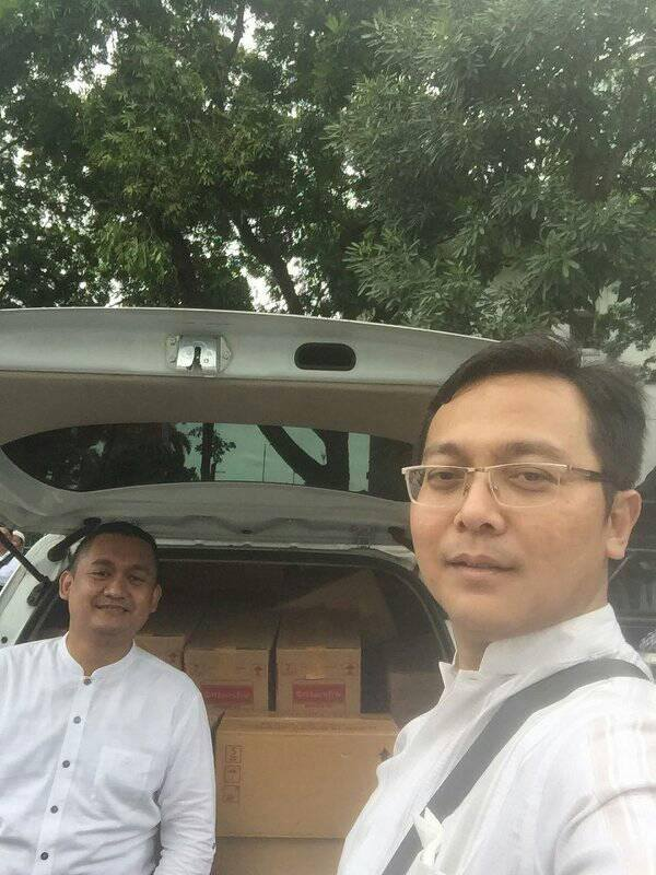 Ketua MPKU Jatend dan Direktur RS Fastabiq PKU Muhammadiyah Pati mempersiapkan Bantuan